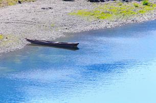 四万十川に小船の写真素材 [FYI02092934]