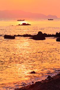 朝焼けの鳴門海峡の写真素材 [FYI02092983]