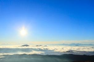 乗鞍エコーラインより朝日と雲海に光芒の写真素材 [FYI02093006]