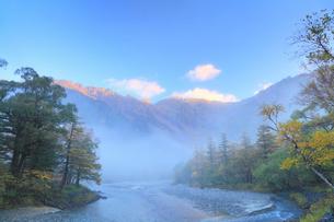 秋の上高地・梓川と穂高連峰に霧の写真素材 [FYI02093011]