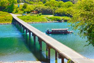 四万十川と三里沈下橋に遊覧船の写真素材 [FYI02093022]
