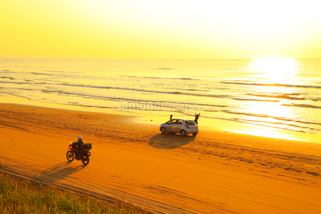 能登半島 千里浜なぎさドライブウェイと夕日の写真素材 [FYI02093069]