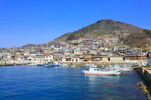 男木島の漁港と集落の写真素材 [FYI02093077]