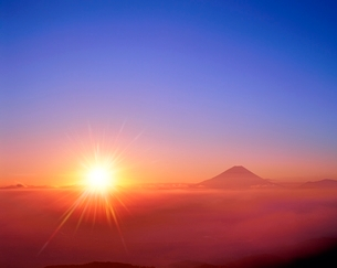 櫛形林道より富士山と雲海に朝日の写真素材 [FYI02093080]