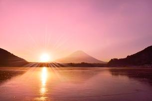 精進湖から元旦の朝日と富士山の写真素材 [FYI02093104]