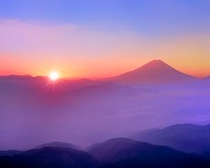 櫛形林道より富士山と雲海に朝日の写真素材 [FYI02093124]