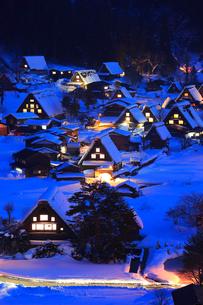 雪薄暮の白川郷合掌造り集落の写真素材 [FYI02093193]