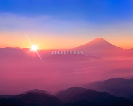 櫛形林道より富士山と雲海に朝日の写真素材 [FYI02093198]