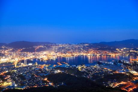 稲佐山から望む長崎市街の夜景の写真素材 [FYI02093209]