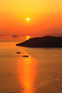 屋島より備讃瀬戸の夕焼け 女木島と大槌島の写真素材 [FYI02093223]