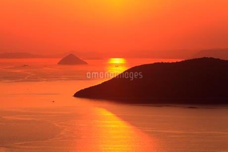 屋島より備讃瀬戸の夕焼け 女木島と大槌島の写真素材 [FYI02093224]