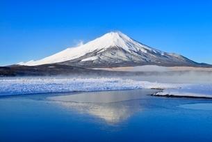 氷結の山中湖に朝霧と逆さ富士の写真素材 [FYI02093236]