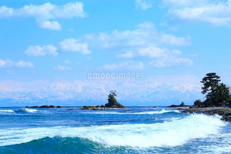 雨晴海岸と雪の立山連峰の写真素材 [FYI02093241]