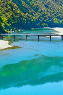 四万十川と岩間沈下橋の写真素材 [FYI02093246]