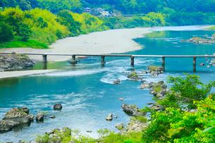 長生沈下橋と四万十川の写真素材 [FYI02093254]
