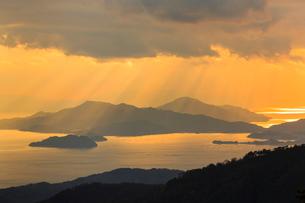 野呂山から望む光芒さす瀬戸内海の写真素材 [FYI02093258]
