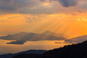 野呂山から望む光芒さす瀬戸内海の写真素材 [FYI02093262]