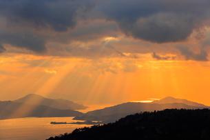 野呂山から望む光芒さす瀬戸内海の写真素材 [FYI02093270]