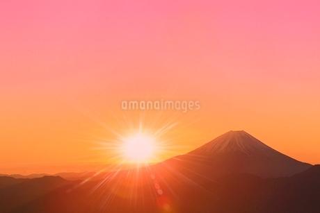 丸山林道より富士山と朝日に光芒の写真素材 [FYI02093299]