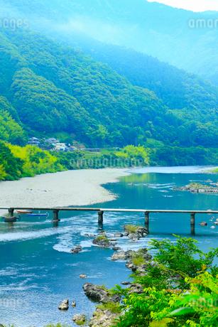 長生沈下橋と四万十川の写真素材 [FYI02093399]