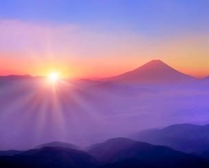櫛形林道より富士山と雲海に朝日の写真素材 [FYI02093411]