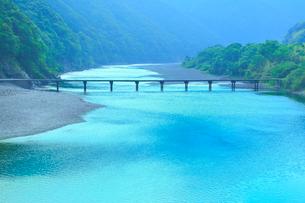 岩間沈下橋と四万十川の写真素材 [FYI02093433]