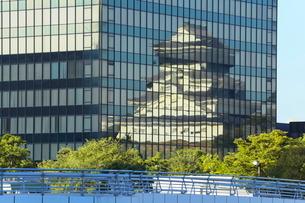 ビルの壁面に映る小倉城の写真素材 [FYI02093466]