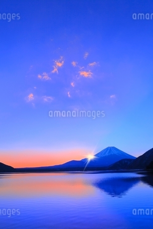 本栖湖より元旦の朝日と光芒に富士山の写真素材 [FYI02093493]