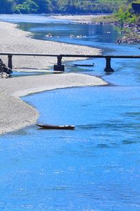 四万十川と長生沈下橋に小船の写真素材 [FYI02093582]