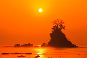 雨晴海岸の女岩と朝日の写真素材 [FYI02093638]