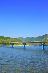 佐田沈下橋と四万十川の写真素材 [FYI02093679]