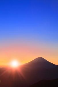 丸山林道より富士山と朝日に光芒の写真素材 [FYI02093731]