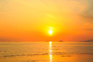 播磨灘の海と夕日の写真素材 [FYI02093743]