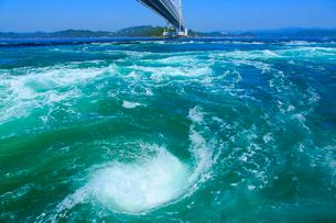 鳴門の渦潮と大鳴門橋の写真素材 [FYI02093893]