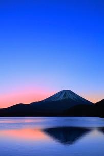 本栖湖より元旦の朝焼けと富士山の写真素材 [FYI02093927]