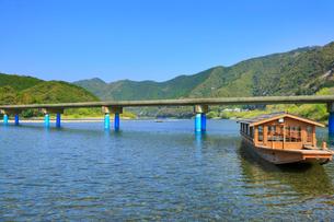 佐田沈下橋と四万十川に遊覧船の写真素材 [FYI02093963]