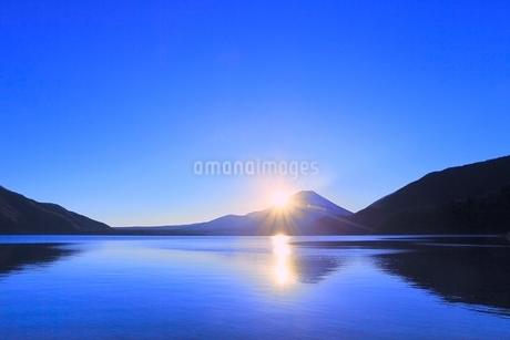 本栖湖より元旦の朝日と富士山の写真素材 [FYI02093989]