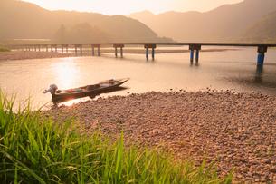 佐田沈下橋と四万十川の夕景に小船の写真素材 [FYI02094006]