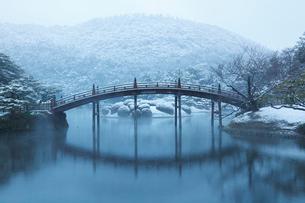 雪の栗林公園・偃月橋の写真素材 [FYI02094068]