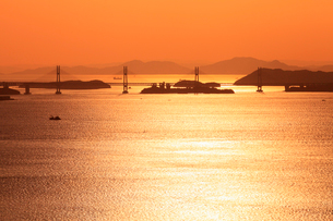 五色台より瀬戸大橋・斜張橋と夕焼けの瀬戸内海の写真素材 [FYI02094087]