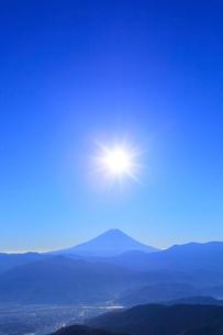 櫛形林道より富士山と太陽に光芒の写真素材 [FYI02094122]