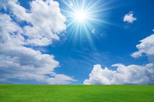 緑の草原と青空に太陽の写真素材 [FYI02094131]