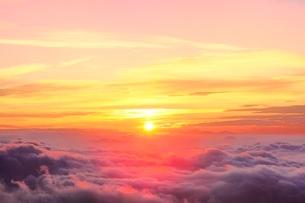 渋峠より朝日と雲海の写真素材 [FYI02094179]