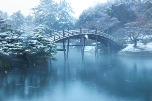 雪の栗林公園・偃月橋の写真素材 [FYI02094209]