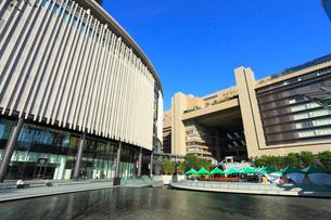 うめきた広場から望むグランフロント大阪とJR大阪駅の写真素材 [FYI02094214]