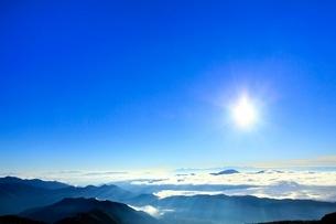 乗鞍エコーラインより朝日と雲海に光芒の写真素材 [FYI02094217]