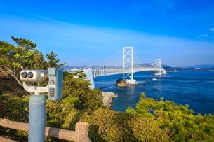 鳴門海峡と大鳴門橋の写真素材 [FYI02094233]