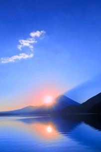 本栖湖より元旦の朝日と富士山の写真素材 [FYI02094241]