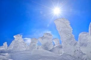 蔵王 地蔵山の樹氷と太陽の写真素材 [FYI02094253]
