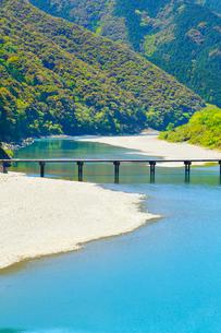 四万十川と岩間沈下橋の写真素材 [FYI02094267]